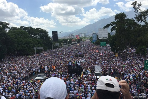 llenazo-autopista-marcha-protesta-oposicion-concentracion-20m